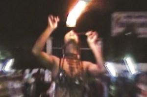 """Màn trình diễn phun lửa nguy hiểm của """"cô gái"""" trong nhóm bán kẹo kéo rong trên đường phố Sài Gòn (ảnh chỉ mang tính chất minh họa). Ảnh: Hải Thọ"""